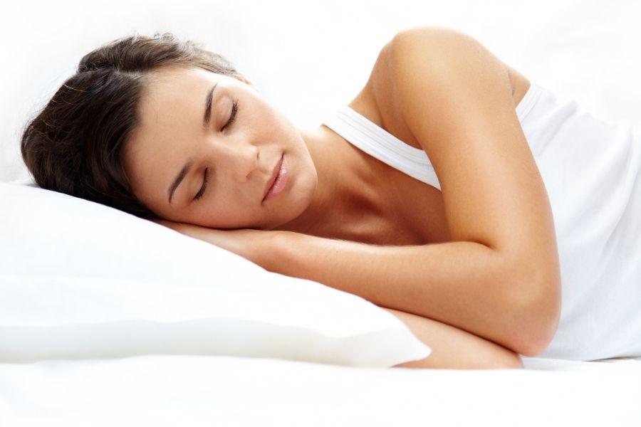 Uống nước ấm giúp ngủ ngon